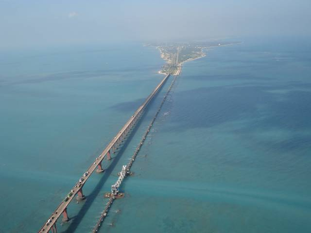 https://karuppurojakkal.files.wordpress.com/2013/03/pamban-bridge-india-005.jpg